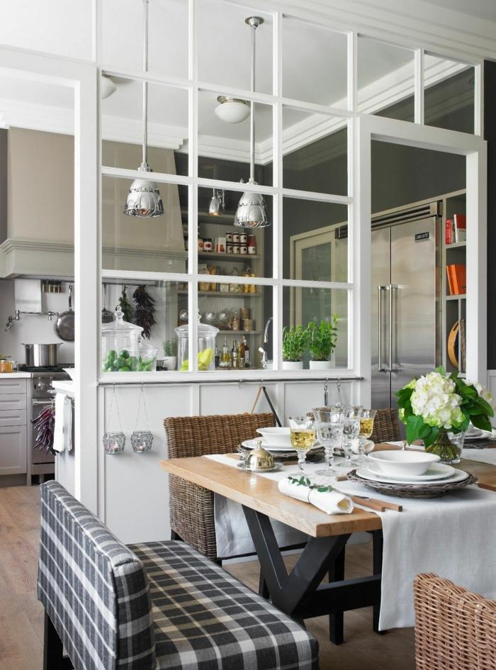 cuisine semi ouvert, cuisine verriere, table à manger style industriel, chaises rustiques, lampes design industriel