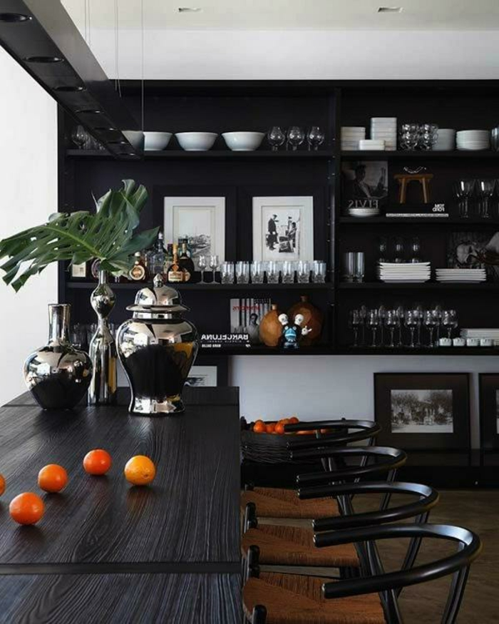 vases à finition métallique sur grande table en bois wengé, buffet wengé, mur blanc