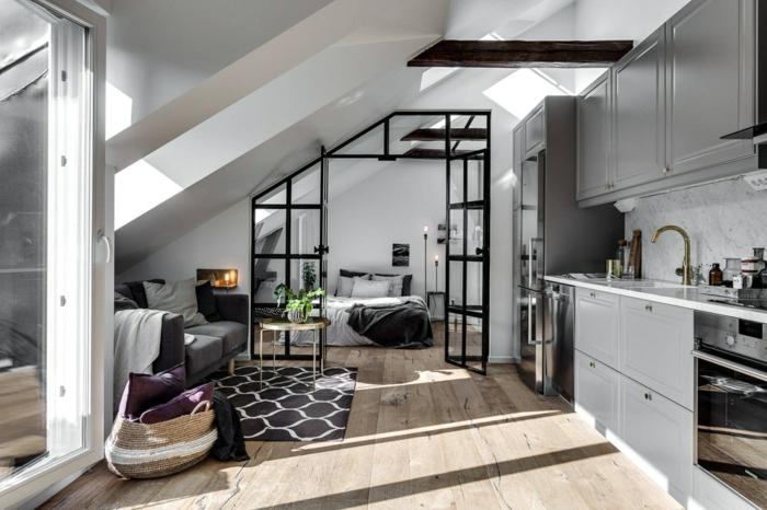 petit appartement mansardé, verriere cuisine noire sous pente, sol en planches de bois, placards de cuisine gris
