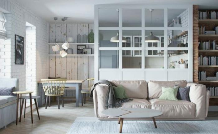verriere d'atelier blanche dans la cuisine, sofa style mid century, murs en briques blanches, bibliothèque style industriel