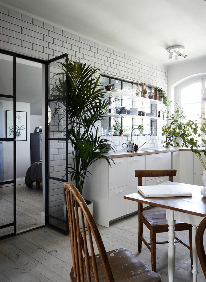 verriere cuisine noire, placards de cuisine blancs, comptoir en bois, plantes vertes, carrelage métro