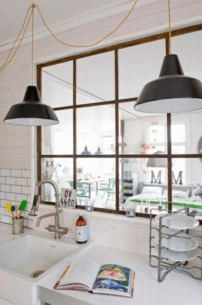 cloison vitrée aux montants en bois, cuisine toute blanche style scandinave, grande salle à manger