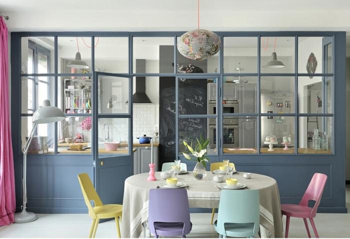 salle à manger et cuisine, table ovale avec chaises colorées, verriere industrielle cuisine, carrelage mural blanc