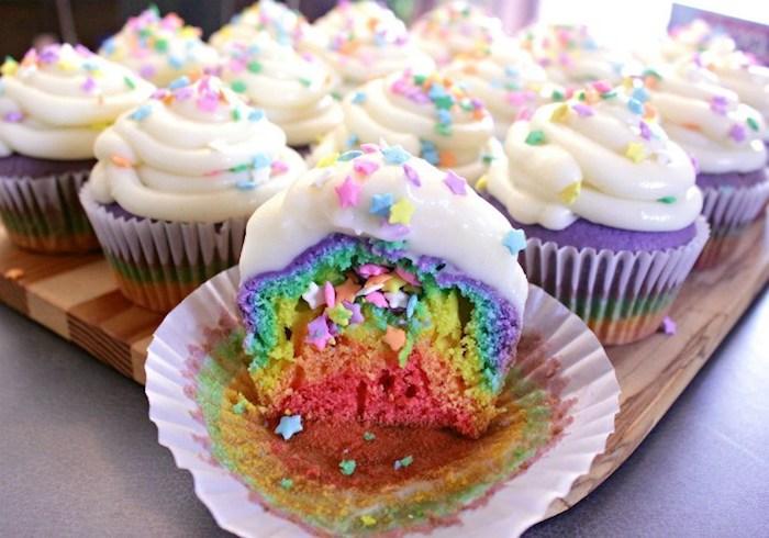 Cupcakes pour la naissance du bebe arc en ciel couleurs comment decorer gateaux individuels pour le shower bebe