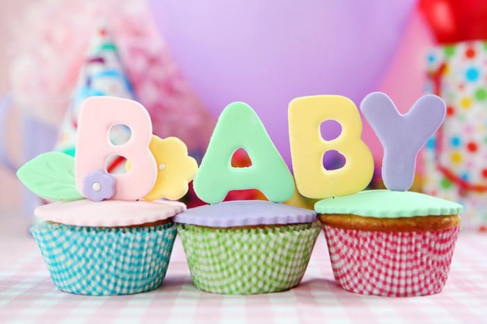 Idée décoration baby shower gateau cupcake avec les letters bebe en top de chaque cupcake