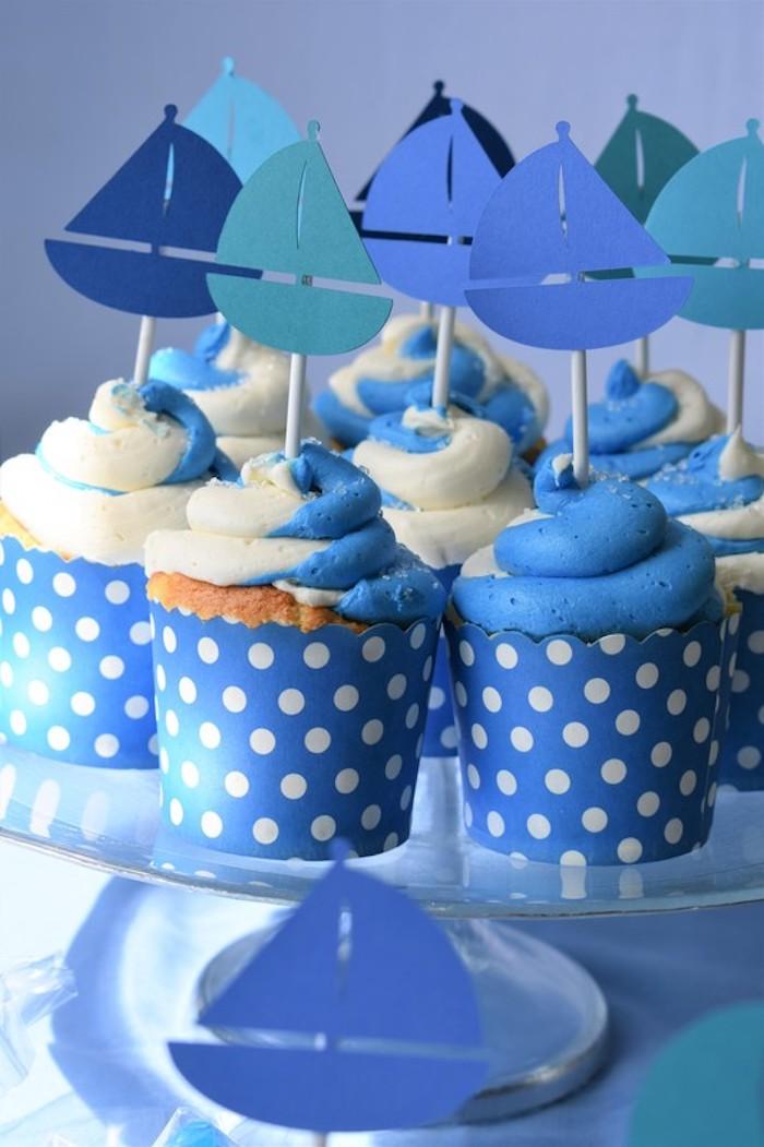 Adorable gateau cupcake bleu gâteau baby shower idée gateau shower de bébé topping bleu et blanc crème patissière