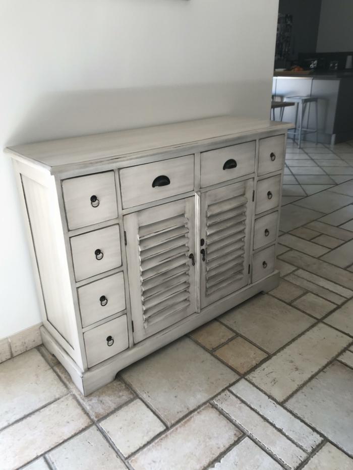 meuble relooké pour la cuisine, meuble en noir et blanc, carrelage blanc vintage, murs blancs, salle a manger et cuisine comme espaces ouverts