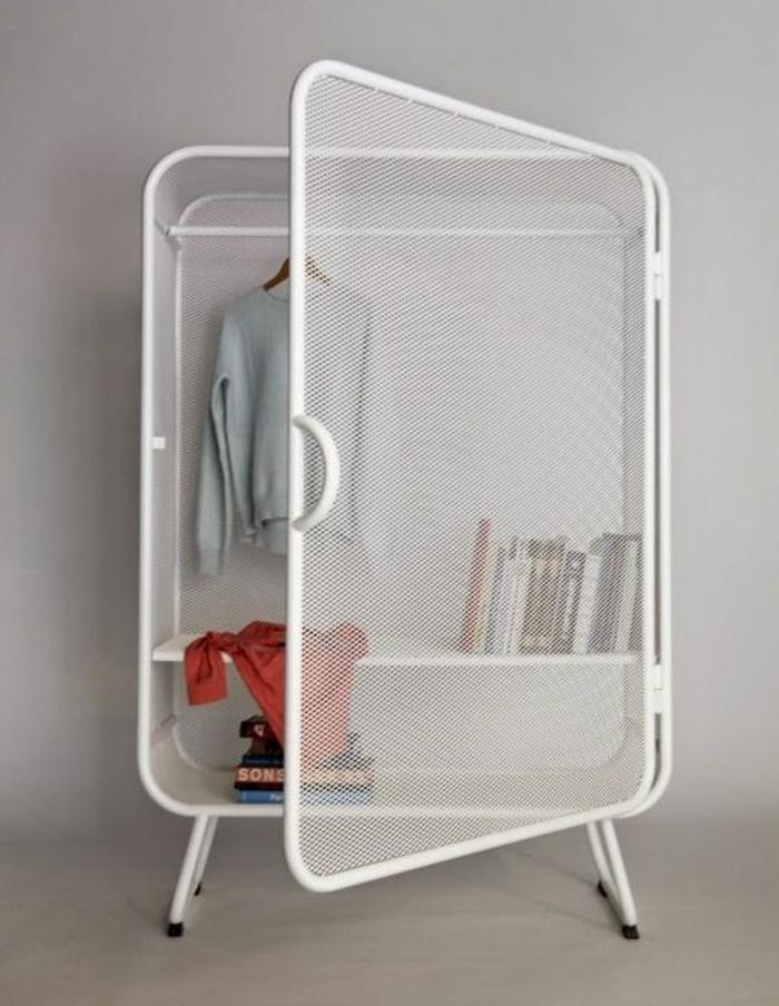 customiser un meuble en métal blanc, petite armoire sympa en style industriel, avec quatre pieds bas, armoire transparente avec les vêtements et accessoires bien visibles