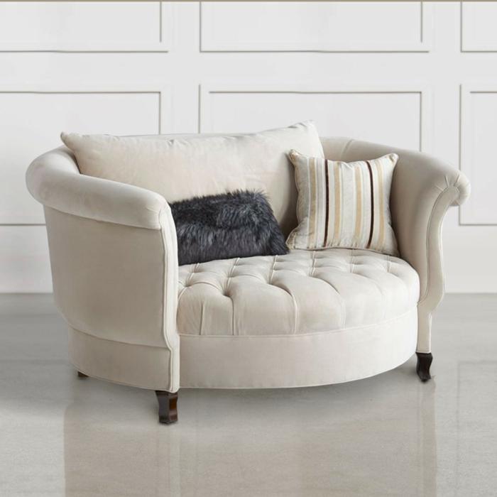 renover meuble bois et moderniser meuble ancien, canapé rond en tissu blanc crème, carrelage blanc, murs blancs