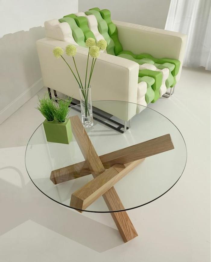 comment repeindre un meuble en bois, table ronde avec plan en verre, vase en verre, base composée de trois poutres de bois clair