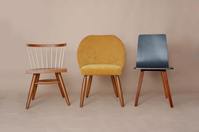renover meuble bois, relooking meuble avant après, meuble relooké, trois chaises en style divers, avec des dossiers en plastique gris fumée, en velours jaune et en bois marron et bois peint en blanc