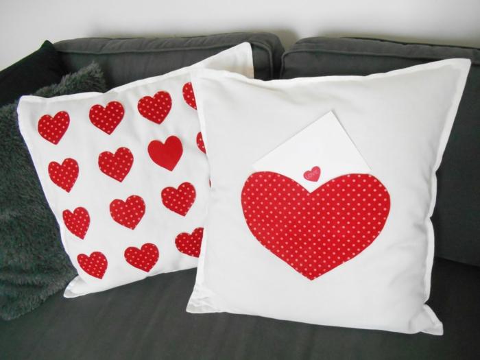coussins blancs avec des cœurs rouges, canapé en tissu gris anthracite, salon moderne, coussin en peluche grise, customiser un meuble