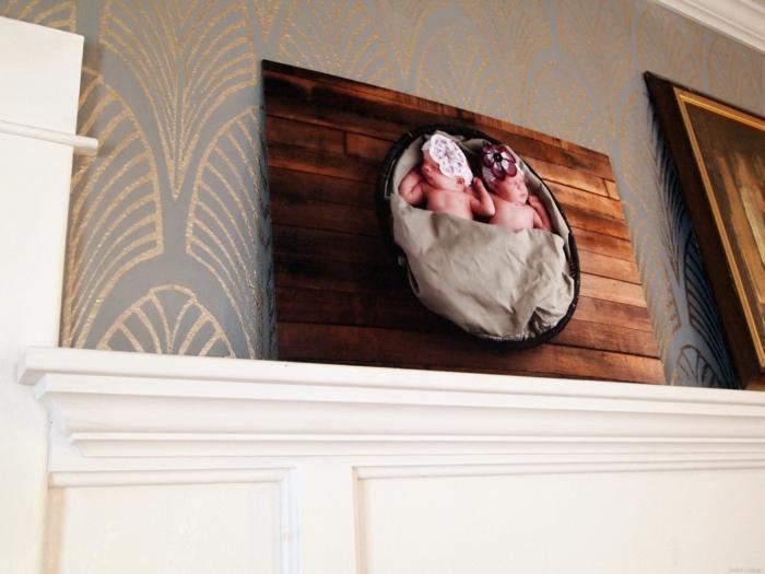 comment repeindre un meuble en bois, panneau décoratif pour la cheminée, customiser un meuble, cheminée blanche, murs en papier peint en gris perle luisant et des motifs feuilles arty en couleur dorée