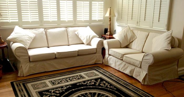 renover meuble bois avec des couvertures en tissu fait maison, tissu vert olive, canapé petit et grand couverts, salon en style américain, tapis en noir et blanc, luminaire avec abat-jour en couleur dorée et pied en bois aux ornements baroques