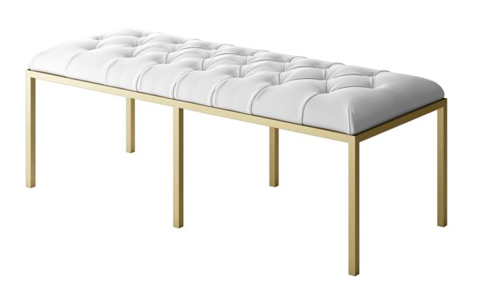 banc en style Renaissance avec des pieds en métal doré, banc recouvert de tissu couleur blanc crème avec des effets matelassés, moderniser meuble ancien