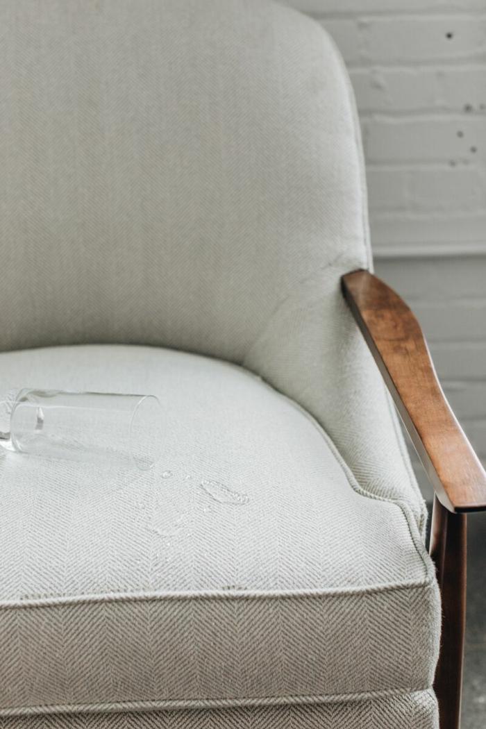 relooking meuble avant après, meuble relooké avec tissu couleur blanc crème, moderniser meuble ancien avec des accoudoirs en bois marron laqué