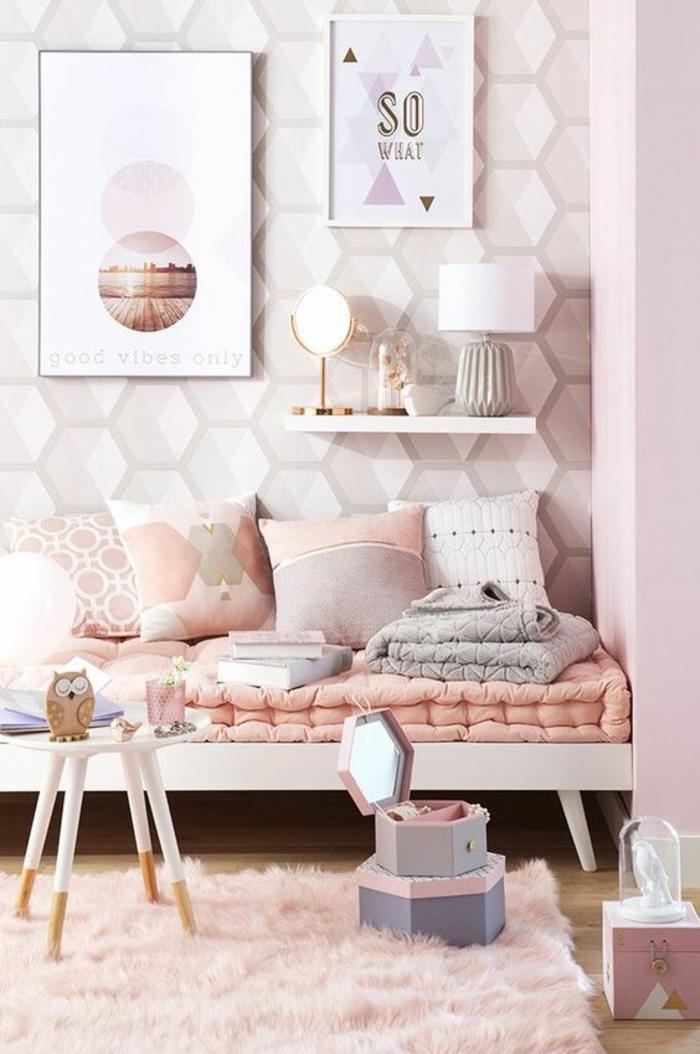 deco rose poudré pour une chambre arty, couleur rose poudré sur les motifs triangulaires du papier peint, deux tableaux en blanc et vieux rose, étagère blanche de petite taille