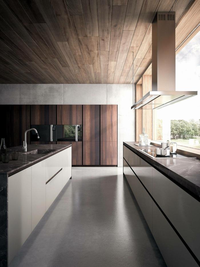 plafond en bois wengé, îlot de cuisine blanc et noir, sol gris, meuble wengé de cuisine