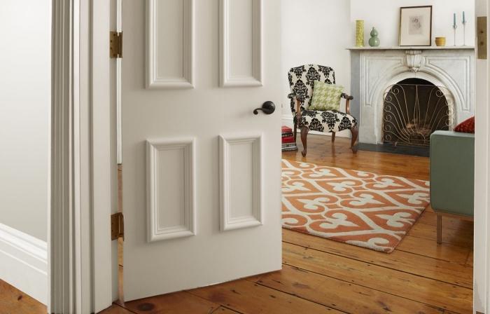 decoration de porte facile à réaliser avec de simples moulures décoratives que vous pouvez peindre en couleur contrastante