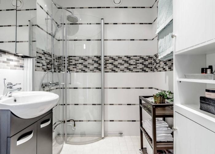 idée déco salle de bain 5m2 en couleurs blanc et noir avec carrelage mural et meuble à rangement ouvert et fermé