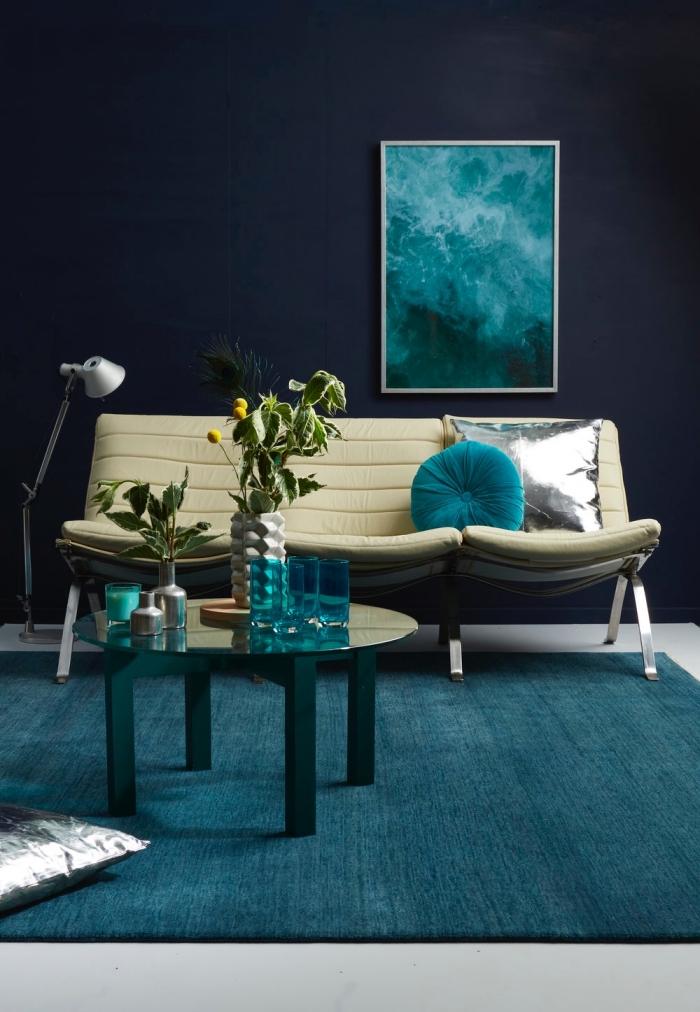 comment adopter la deco bleu canard dans le salon, tendance couleurs mates et sombres dans l'intérieur pour une ambiance élégante et feutrée