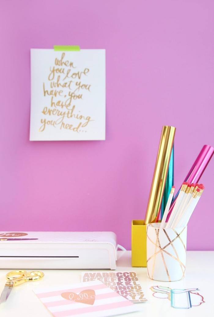 exemple comment arranger bureau étudiant en rose et or avec objets personnalisés, organiseur bureau en blanc et cuivre DIY