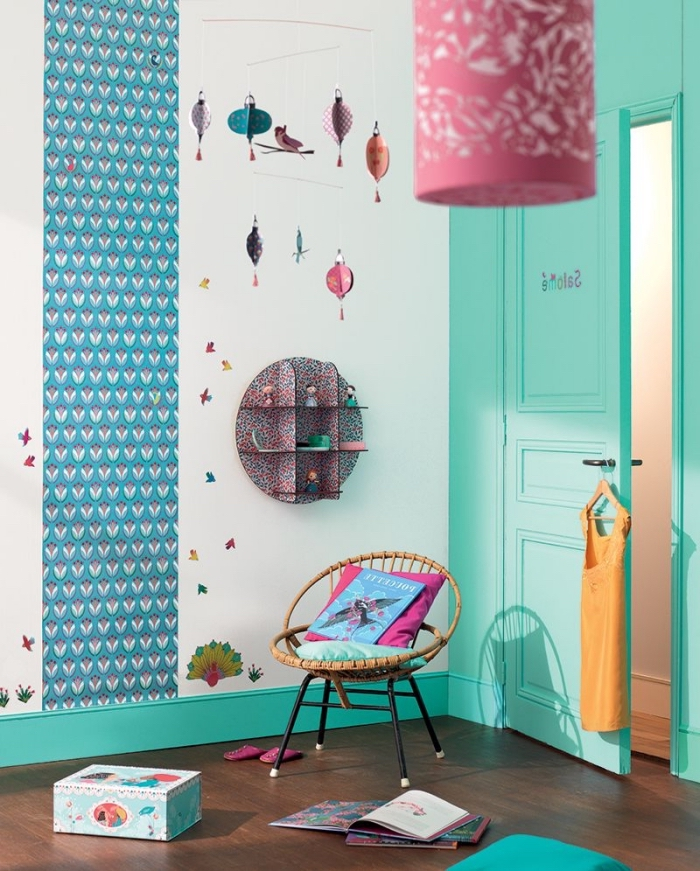 déco murale originale dans la chambre fille en camaïeu de bleus et de rose, un lé de papier peint graphique et des encadrements peint en turquoise pour dynamiser la chambre