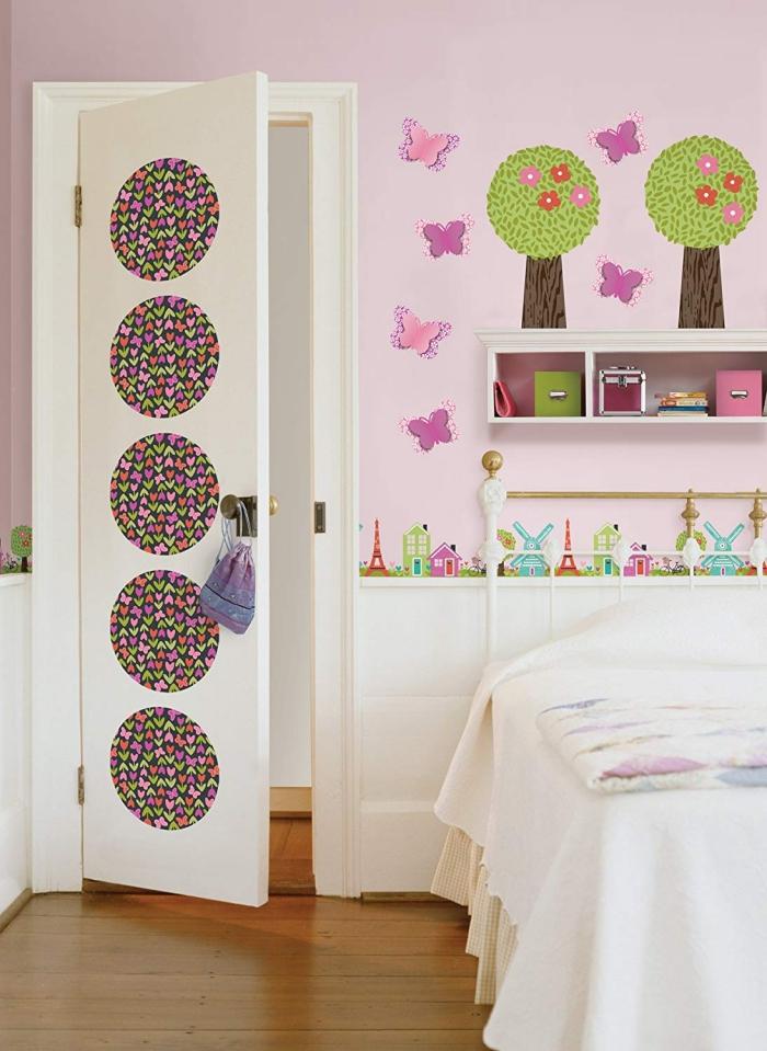 des stickers de portes en forme de jolis mandala papillons qui s'harmonise avec les stickers isolés du mur de la chambre fille