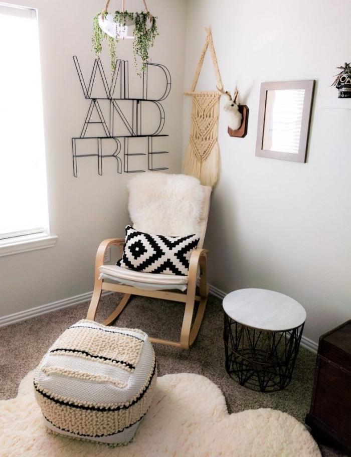 coin de repos cocooning dans une pièce bohème chic avec chaise à basculer et pouf de couleurs blanc et beige