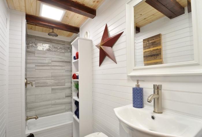 exemple amenagement salle de bain petit espace avec fenêtre de plafond et revêtement partiel en bois clair combiné avec panneaux d habillage pour rénover sa salle de bains