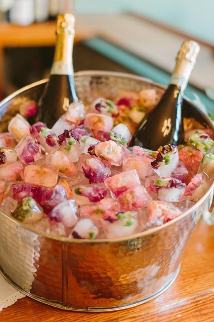 Petits détails de décoration chouette les glaces avec fleurs petales de rose champagne dans bucket copper