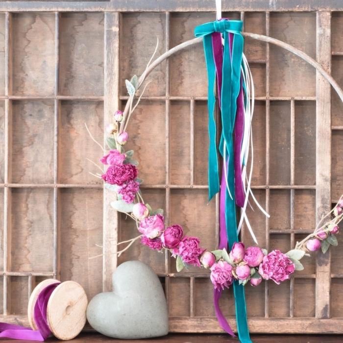 objet décoratif de style vintage pour une chambre ado fille, diy guirlande à design floral fait maison avec déco rubans