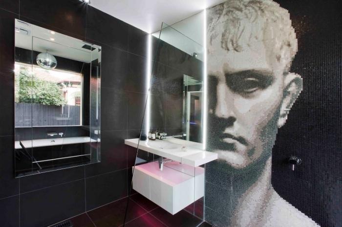 modèle de salle de bain noir et blanc avec carrelage des murs foncé et plafond et équipement lavabo en blanc