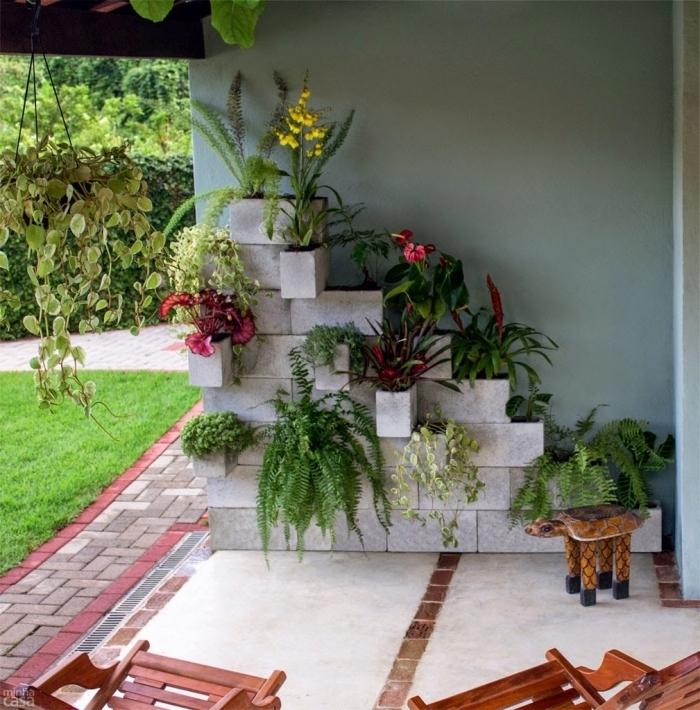 déco de jardin originale à réaliser soi-même, jardin vertical composé de blocks de béton avec des plantes variées