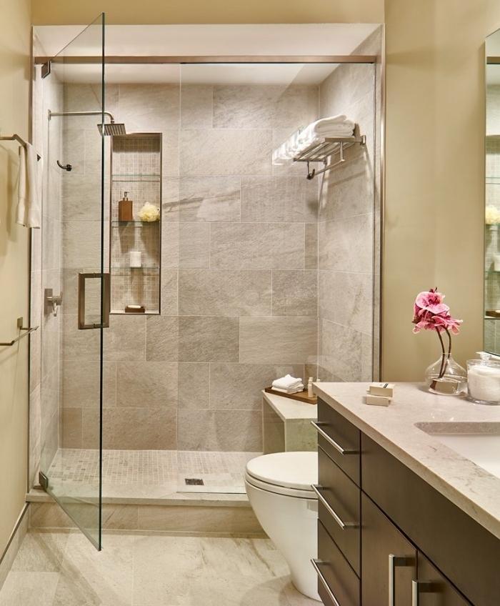 exemple aménagement petite salle de bain avec carrelage beige et meubles sous vasque en couleur marron foncé