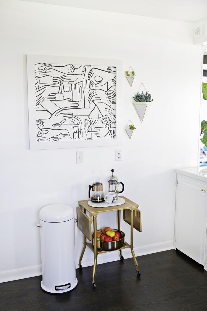 morceau de papier peint moderne et graphique à motifs mains transformé en tableau murale encadré pour décorer le mur de la cuisine