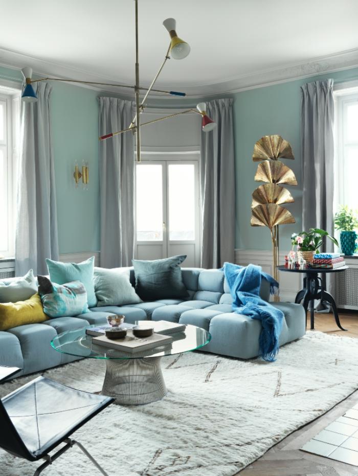 deco salon bleu canard qui décline les nuances sur les murs et à travers les textiles sensuelles du salon design