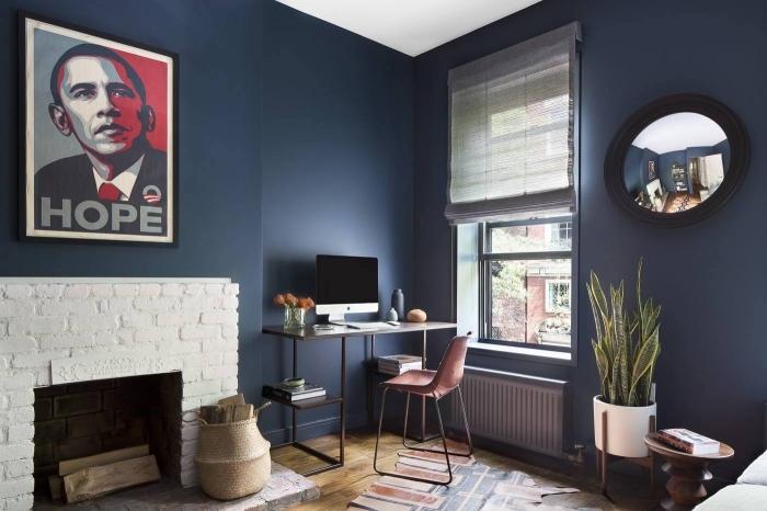 quelle couleur mur salon pour agrandir visuellement un espace, petit salon aux murs bleu marine en contraste avec l'habillage cheminée blanc