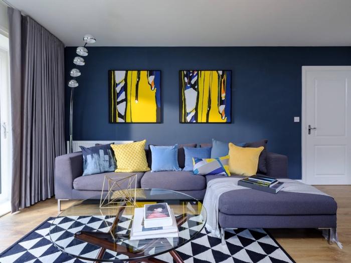 quelle couleur mur salon pour une ambiance chic et moderne, salon aux nuances du bleu foncé réveillé par de touches de jaune