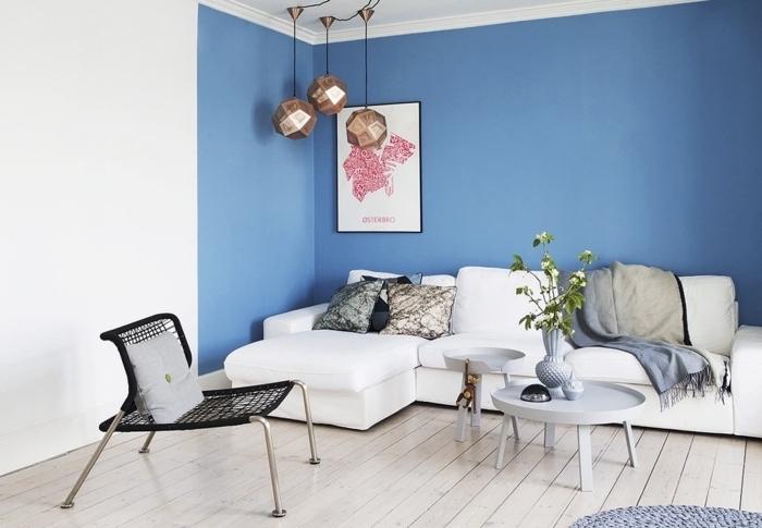 deco salon bleu et blanc aux murs bicolore pour un rendu géométrique contemporain