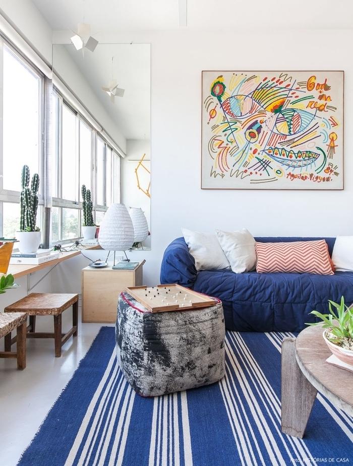 salon bohème en blanc et bleu marine d'ambiance bord de mer aux accents graphiques et boisés