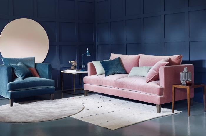 ambiance feutrée et élégante dans ce salon aux couleurs sombres et aux matières sensuelles sublimé par des touches de rose poudré, la peinture bleu pétrole est mise en valeur par le mobilier design en velours bleu canard et rose pâle