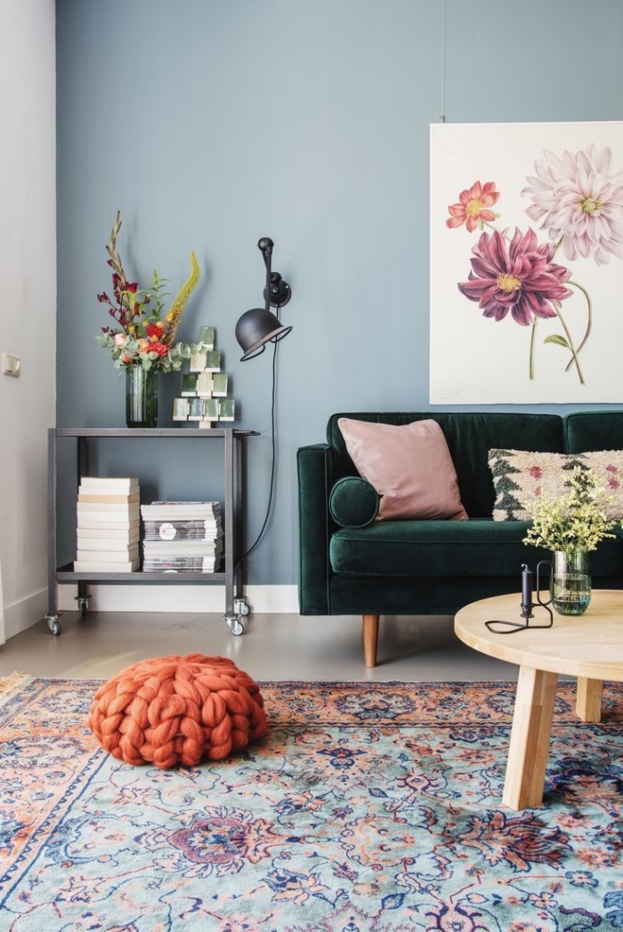deco salon bleu d'esprit bohème chic et vintage, mur couleur gris bleuté sublimé par des touches de rose, vert et orange