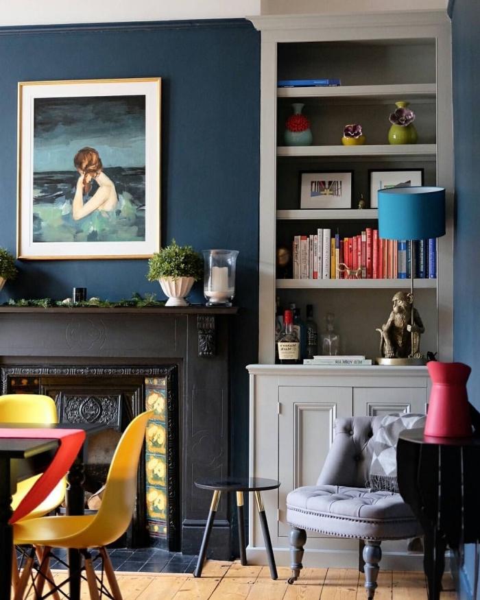 déco salon bleu marine aux accents blancs, noir et colorés adoptés en toute subtilité, deco salon bleu éclectique