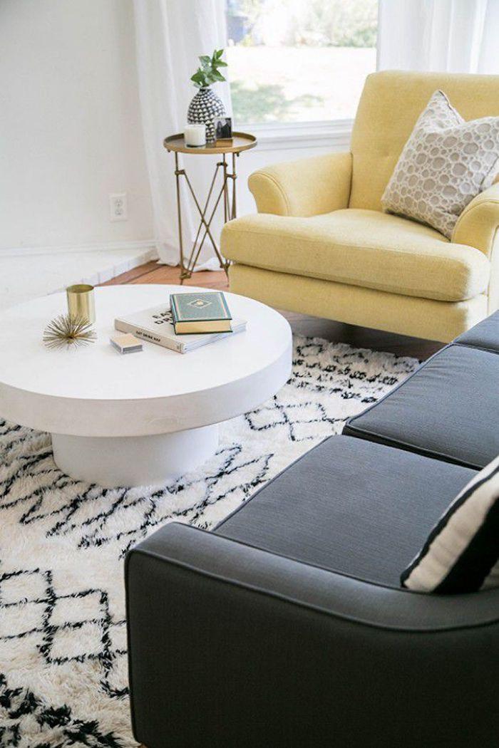 Salon cosy fauteuil jaune table ronde tapis blanc et noir geometrique motif comment aménager son salon quelle couleur pour le salon