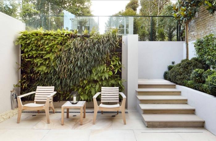 le mur végétalisé du patio présente un mur