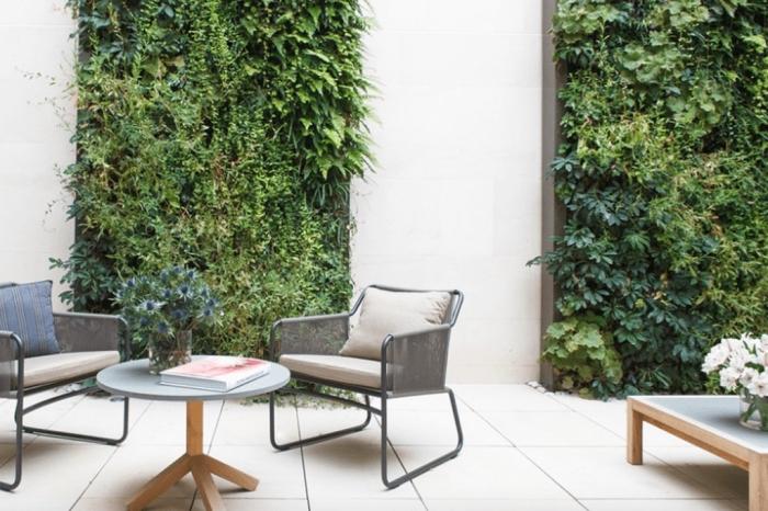 déco de terrasse naturelle et rafraîchissante avec des murs végétaux modulaires bien fournis