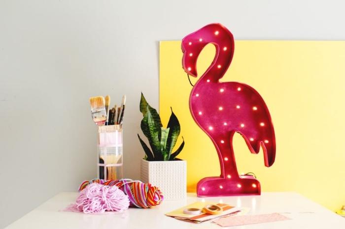 travaux manuels adultes pour faire déco chambre ado fille, modèle de lampe bureau à design flamant rose
