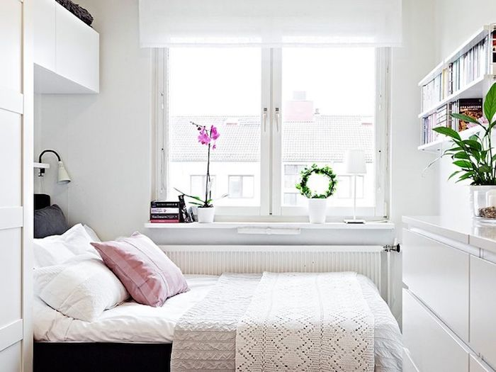 Deco chambre mansardée, deco chambre moderne étroite mais belle, orchidée sur le fenetre, lit et meubles de rangement