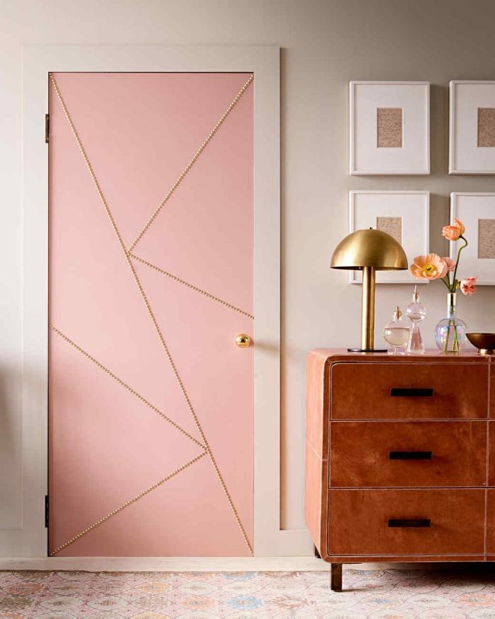 idée de décoration de porte en rose, mur gris clair, commode marron vintage, deco de cadres